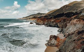Cough cliffs and waves beside Highway 1, Los Angeles, USA