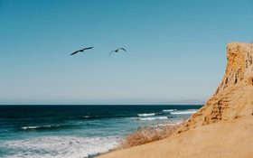 The clear skies and crystal clear water of San Diego, California